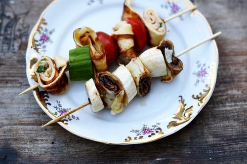 Mhhh... Lebensmittel Ernährung genießen süß Bioprodukte Frühstück Leichtigkeit Teller Backwaren Abendessen Vegetarische Ernährung Diät Picknick Holztisch Tomate
