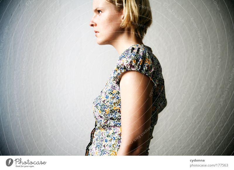 Lichtblick Mensch Frau Jugendliche schön Einsamkeit ruhig Ferne 18-30 Jahre Erwachsene Leben Traurigkeit Gefühle Zeit träumen elegant ästhetisch