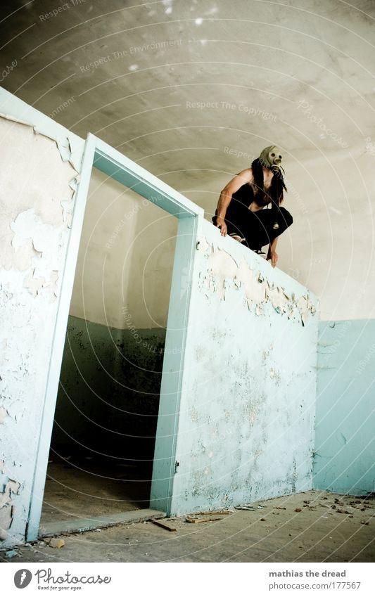 AUF DER MAUER, AUF DER MAUER alt Einsamkeit Erwachsene kalt dunkel Wand Stil Mauer Tür Angst dreckig maskulin gefährlich außergewöhnlich Fabrik 18-30 Jahre