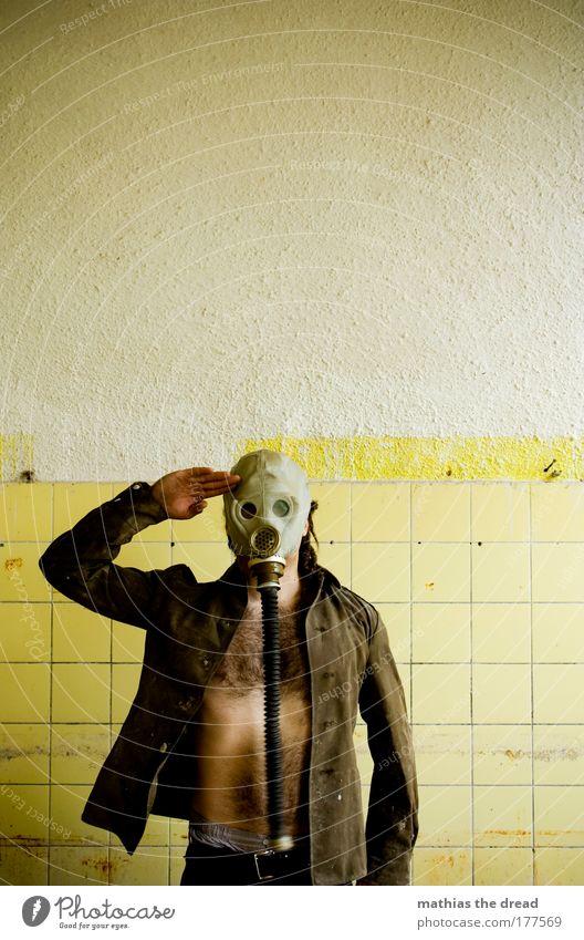 STILL GESTANDEN Erwachsene gelb dunkel Wand Mauer offen maskulin stehen trist einzigartig 18-30 Jahre Fliesen u. Kacheln Jacke skurril Ruine Soldat
