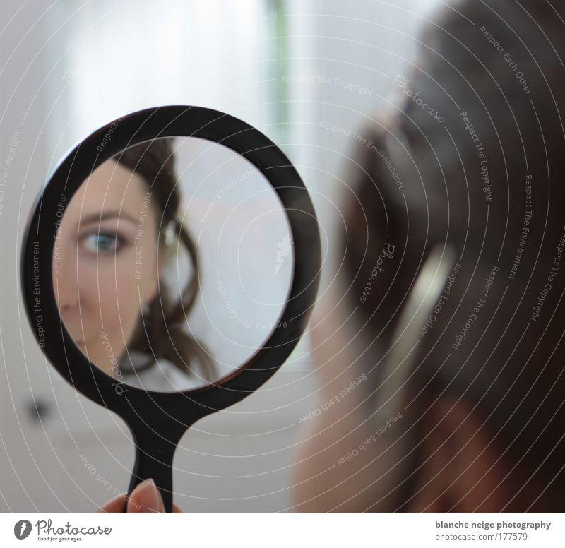 spieglein spieglein... Mensch Frau Jugendliche schön Erwachsene Gesicht Auge feminin Junge Frau 18-30 Jahre Zufriedenheit ästhetisch Wellness Spiegel Kosmetik