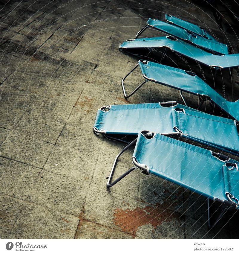 sonnendeck alt blau Strand dunkel Erholung dreckig Beton Pause liegen Liege schäbig Sonnenbad gemütlich Terrasse Liegestuhl ruhen