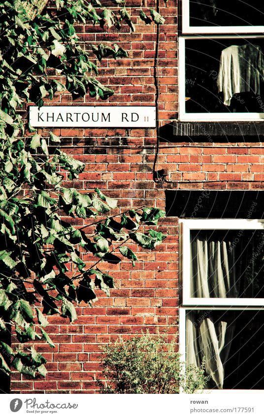 Khartoum Road Baum rot Haus Straße Wand Fenster Mauer Gebäude Architektur Wohnung Schilder & Markierungen Fassade Häusliches Leben Backstein Hemd