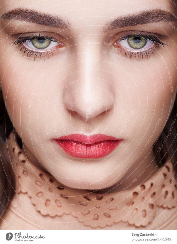 Nahaufnahmeschuß des weiblichen Gesichtes mit Tagesmake-up elegant Stil schön Haut Kosmetik Wimperntusche Mädchen Frau Erwachsene Mund Lippen Mode Kleid brünett