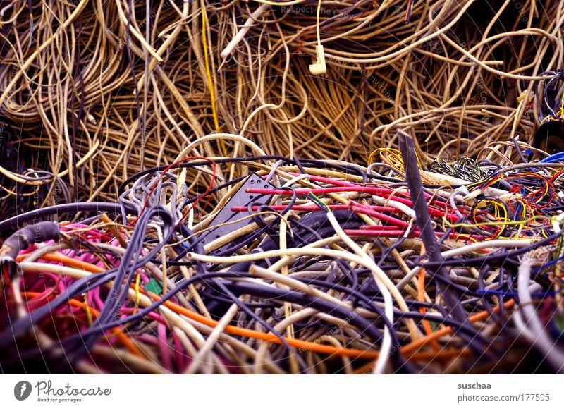 kabelsalat Farbfoto mehrfarbig Detailaufnahme Unschärfe Kunststoff blau gelb violett rosa verschwenden Reichtum Zerstörung Kabel unbrauchbar kaputt entsorgen