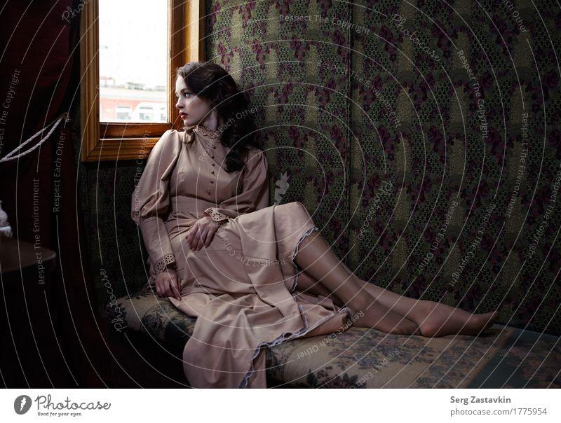 Junge Frau im Coupé des Retro- Eisenbahnzugs Lifestyle Reichtum elegant Stil schön Ferien & Urlaub & Reisen Mädchen Erwachsene Hand Fahrzeug Mode Bekleidung