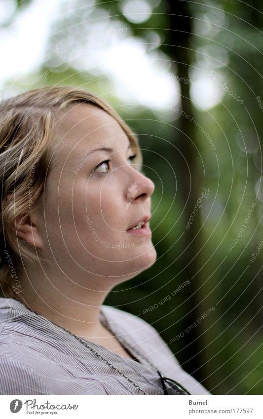 Thinking of... Mensch Jugendliche Gesicht ruhig sprechen feminin träumen Denken Frau Zufriedenheit Erwachsene Porträt Junge Frau 18-30 Jahre