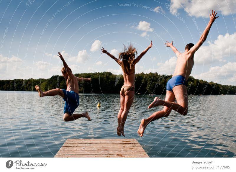 Dreierkombination Mensch Himmel Natur Jugendliche Wasser Ferien & Urlaub & Reisen Sommer Wolken Mann Freiheit Bewegung springen See Frau Schwimmen & Baden Freizeit & Hobby