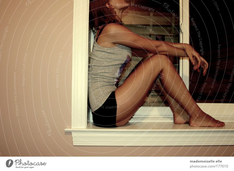 and ooh la Jugendliche Hand Erwachsene Einsamkeit Erholung feminin dunkel Fenster Wand Haare & Frisuren Traurigkeit Denken Mauer Beine Fuß