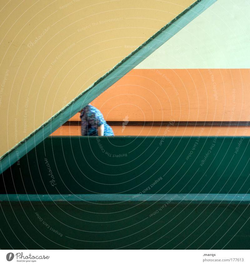 Passant Mensch grün Stadt Wand Architektur Mauer Stil Linie orange gehen Design Streifen Baustelle einzigartig Weiblicher Senior Ruhestand