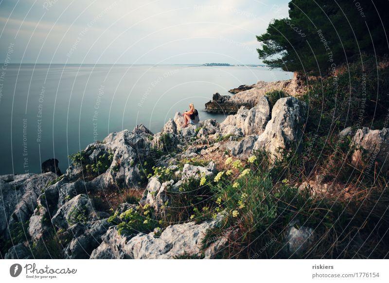 silence Mensch feminin Frau Erwachsene Leben 1 Umwelt Natur Sommer Küste beobachten Erholung genießen hören Blick sitzen träumen warten frei natürlich wild