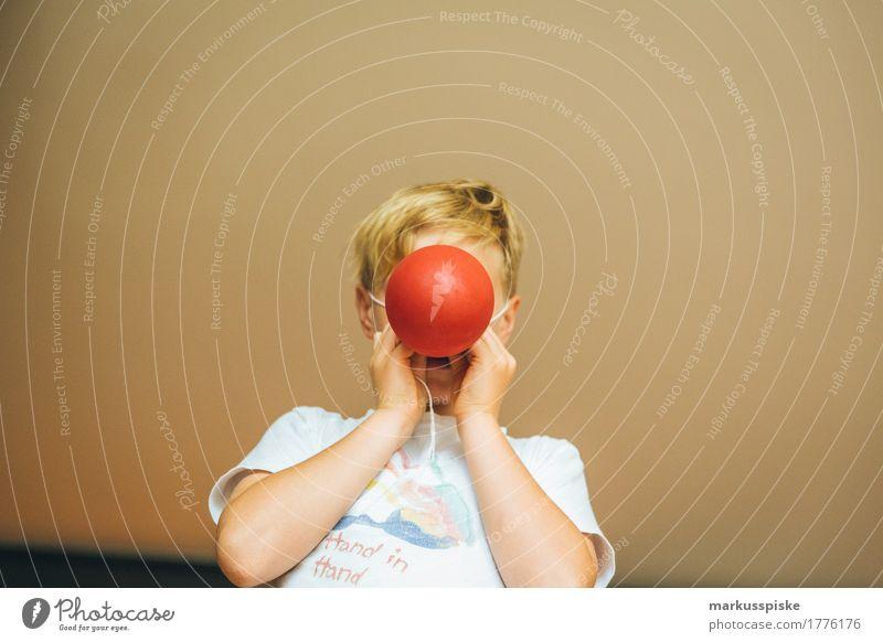 rote Luftballon Clown Nase Mensch Kind Hand Haus lustig Junge Spielen Schule Kopf Haare & Frisuren Freizeit & Hobby Körper Kindheit Geburtstag verrückt