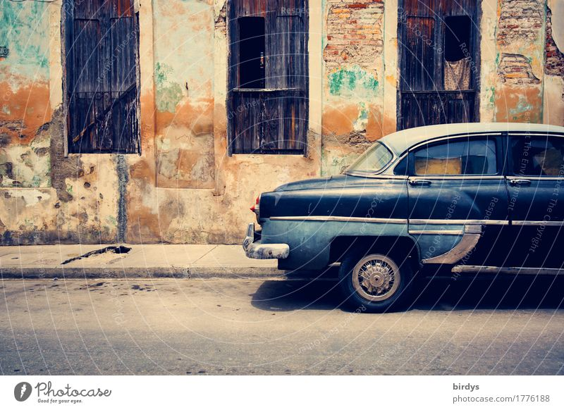 kubanisches Straßenbild Ferien & Urlaub & Reisen Kultur Provinz Santiago de Cuba Kuba Stadt Altstadt Haus Mauer Wand Fassade Fenster Fensterladen PKW Oldtimer
