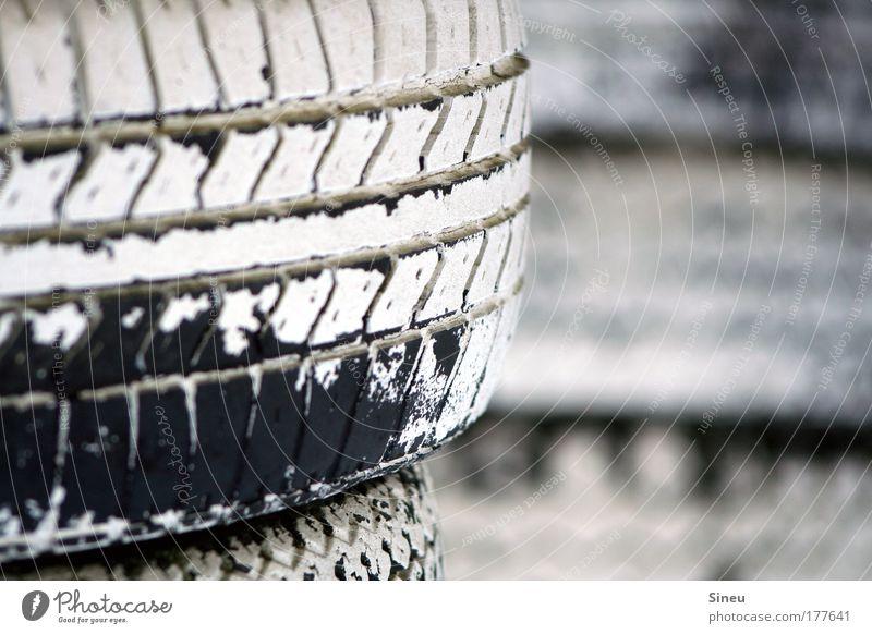 Winterreifen Erdöl fahren Geschwindigkeit schwarz weiß Euphorie Kraft Bewegung Risiko Reifenstapel Rennbahn Formel 1 Kartbahn Rennsport Gummi Gas Benzin