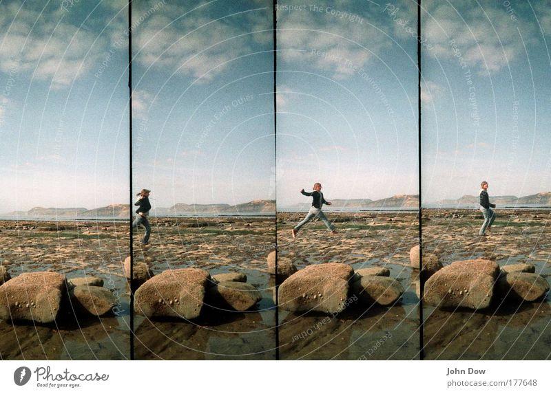 Spring! Mensch Jugendliche Wasser Ferien & Urlaub & Reisen Meer Freude Strand Wolken Bewegung springen Glück Küste Stein Zufriedenheit Felsen frei