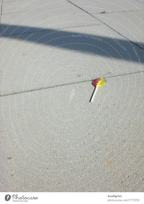 Ausgelutscht Farbfoto Außenaufnahme Menschenleer Textfreiraum links Textfreiraum oben Textfreiraum unten Hintergrund neutral Schatten Sonnenlicht Lebensmittel
