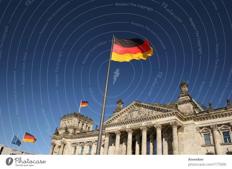 Reichstag in Berlin mit Flaggen Farbfoto mehrfarbig Außenaufnahme Menschenleer Textfreiraum links Textfreiraum oben Hintergrund neutral Tag Sonnenlicht