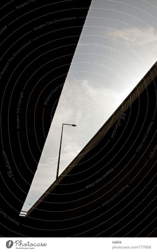 V... Umwelt Straße dunkel Stein Metall Vogel Energiewirtschaft Beton Verkehr Geschwindigkeit Brücke bedrohlich fahren Güterverkehr & Logistik Laterne Autobahn