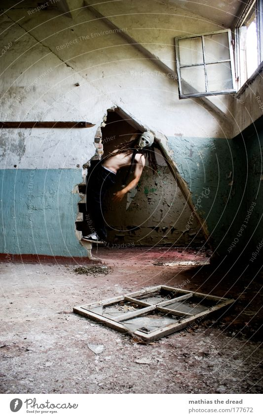 UND ES KAM AUS DEM DUNKELN Erwachsene kalt dunkel Fenster Wand Mauer Tür Angst maskulin gefährlich trist einzigartig Fabrik Klettern 18-30 Jahre verfallen