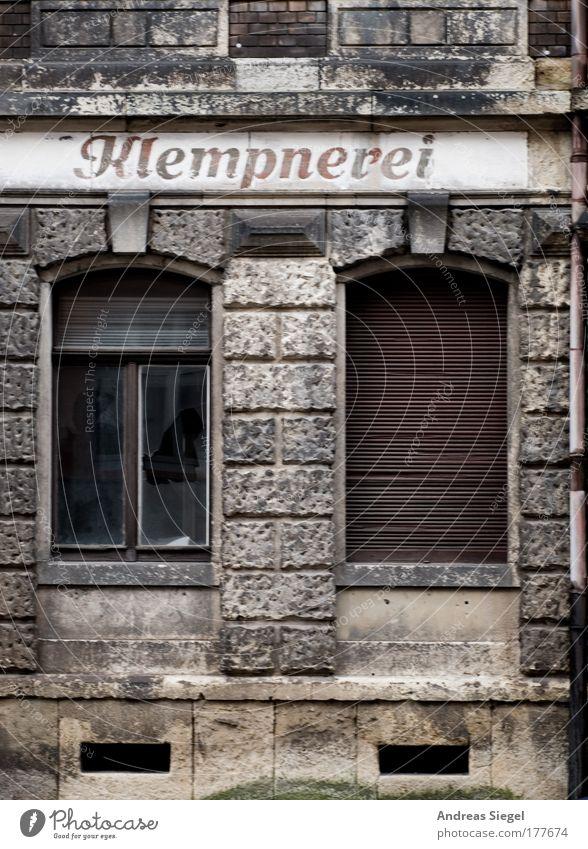 Klempnerei alt Stadt Haus Wand Fenster grau Traurigkeit Mauer Gebäude braun Architektur Fassade trist Schriftzeichen Vergänglichkeit