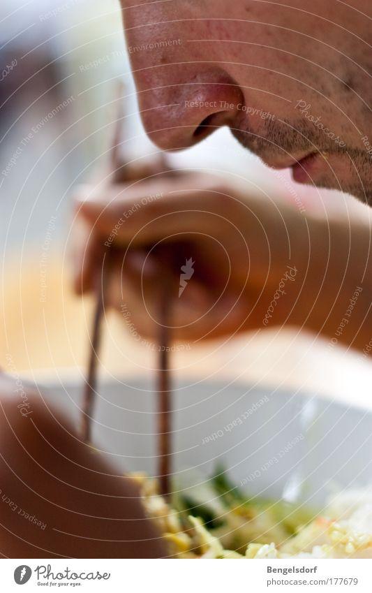 Einmal A1 zum Mitnehmen! Mensch Hand Ernährung Essen Gesundheit Mund Finger Kräuter & Gewürze Asien Scharfer Geschmack Gesunde Ernährung China Appetit & Hunger genießen Geruch Mahlzeit