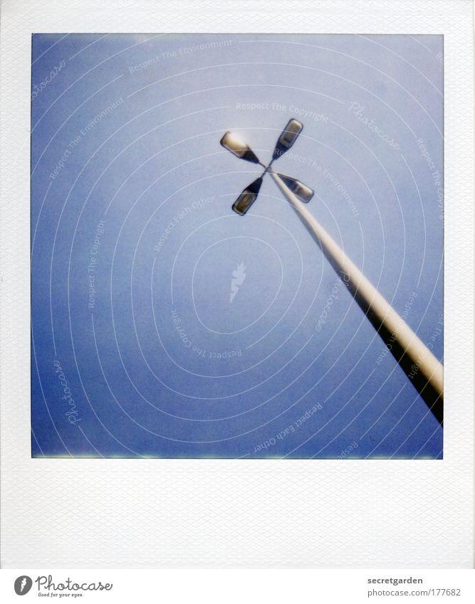 flotter vierer. blau weiß Einsamkeit ruhig Beleuchtung groß Energiewirtschaft Platz ästhetisch Perspektive Schönes Wetter Polaroid Coolness