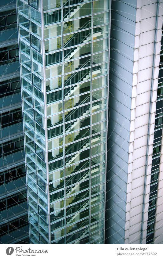 abwärts grün blau Einsamkeit Farbe kalt Berlin Wand Fenster Mauer Gebäude Architektur Glas Hochhaus Fassade leer Treppe