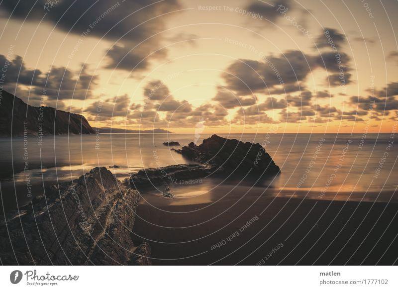 Sommerabend Natur Landschaft Himmel Wolken Horizont Sonnenaufgang Sonnenuntergang Wetter Schönes Wetter Felsen Berge u. Gebirge Küste Strand Bucht Meer dunkel