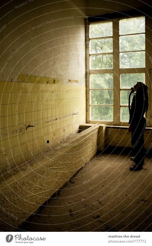 AUFSTELLUNG AN DER GRUNDLINIE dunkel Fenster Wand Mauer dreckig gehen warten maskulin verrückt stehen trist einzigartig Bad Fabrik Fliesen u. Kacheln Ruine