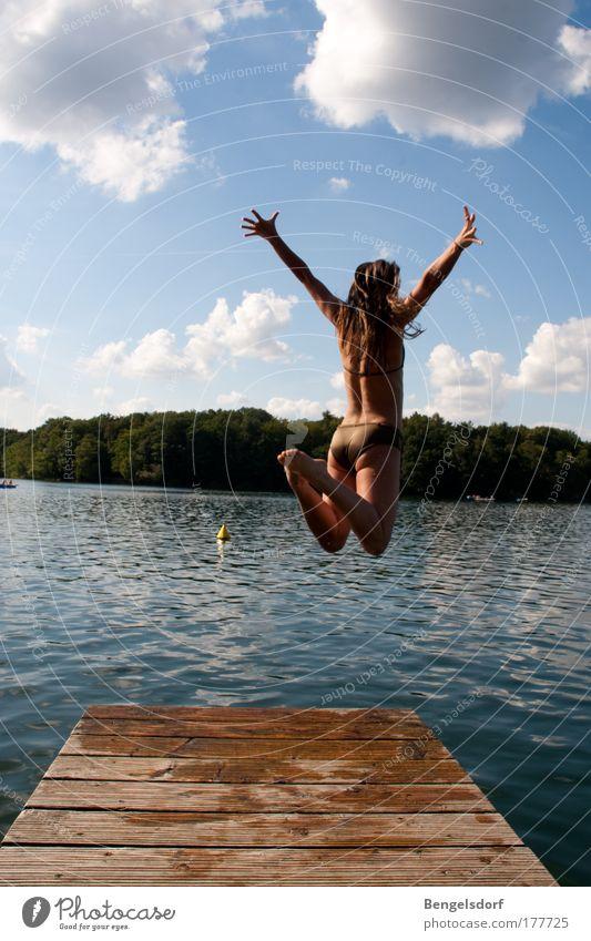 Haltungsnote Mensch Jugendliche Wasser schön Ferien & Urlaub & Reisen Sonne Sommer Frau Ferne feminin Freiheit Glück springen See Luft Körper
