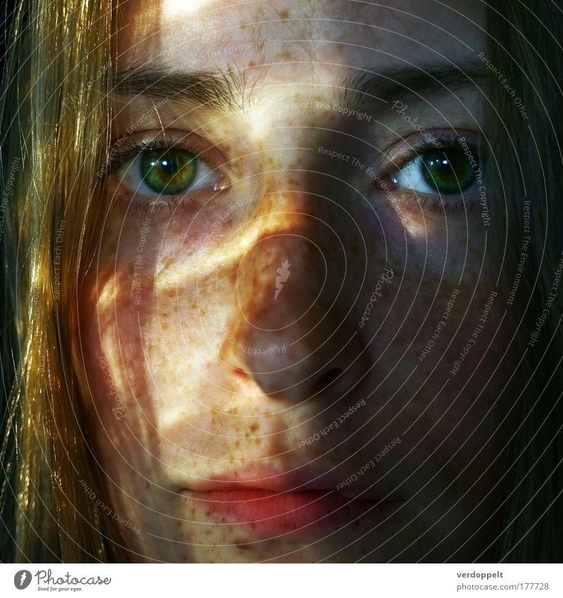 sonnenenergie Sonne Licht Frau Jugendliche sommersprossen Schönes Wetter Gesicht Mund Lippen Auge Blick Sommer sommerlich Porträt 1 Mensch Beautyfotografie Ruhe