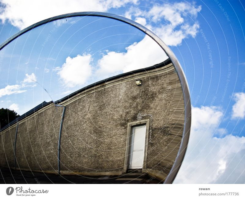 reflexion Farbfoto Außenaufnahme Textfreiraum rechts Tag Industrieanlage Fabrik Bauwerk Gebäude Architektur Mauer Wand Tür blau braun Spiegel Spiegelbild Himmel