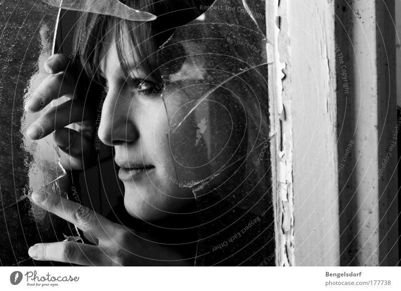 Heimliche Beobachterin Mensch Jugendliche Gesicht Einsamkeit feminin Fenster Haare & Frisuren ästhetisch Schutz beobachten geheimnisvoll Frau Lächeln