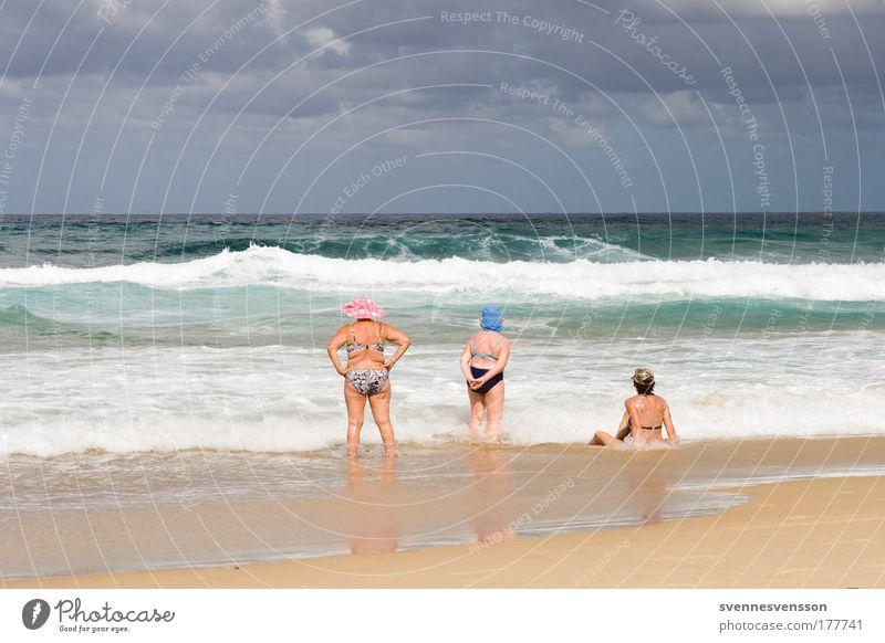 Golden Girls Mensch Frau Ferien & Urlaub & Reisen Sonne Meer Sommer Strand Erwachsene Erholung feminin Senior Bewegung träumen Wellen Schwimmen & Baden sitzen