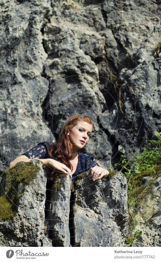 wächterin der gebirge Mensch Jugendliche schön Sommer Gesicht Einsamkeit Ferne feminin Freiheit Berge u. Gebirge Landschaft Erwachsene Haare & Frisuren Stil Stein Kraft