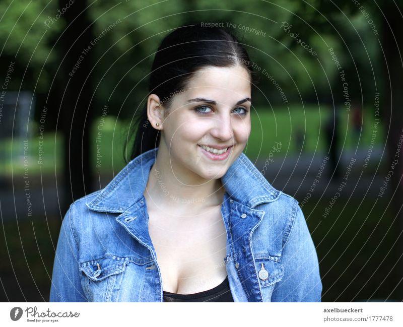 fröhliche junge Frau im Park Lifestyle Freude Freizeit & Hobby Mensch feminin Junge Frau Jugendliche Erwachsene 1 18-30 Jahre Natur brünett langhaarig Lächeln