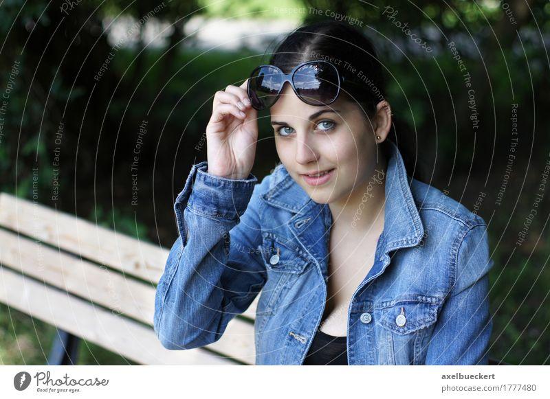 junge Frau mit Sonnenbrille Mensch Natur Jugendliche schön Junge Frau Mädchen 18-30 Jahre Erwachsene Lifestyle feminin Stil lachen Mode Park sitzen