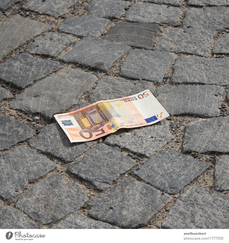 das Geld liegt auf der Straße verlieren Euro 50 Bargeld Geldscheine Kopfsteinpflaster Bürgersteig verloren finden liegen Farbfoto Außenaufnahme Menschenleer