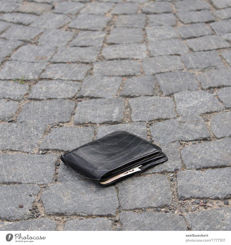 portemonnaie verloren Straße Geld verlieren Geldscheine Kapitalwirtschaft Portemonnaie schwarz Leder Kopfsteinpflaster Bürgersteig finden Glück Missgeschick