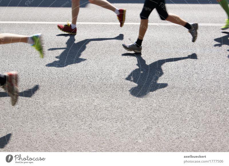 Marathon Mensch Frau Mann Erwachsene Straße Sport Lifestyle Beine Menschengruppe Fuß Freizeit & Hobby Schuhe laufen Fitness Laufsport Asphalt
