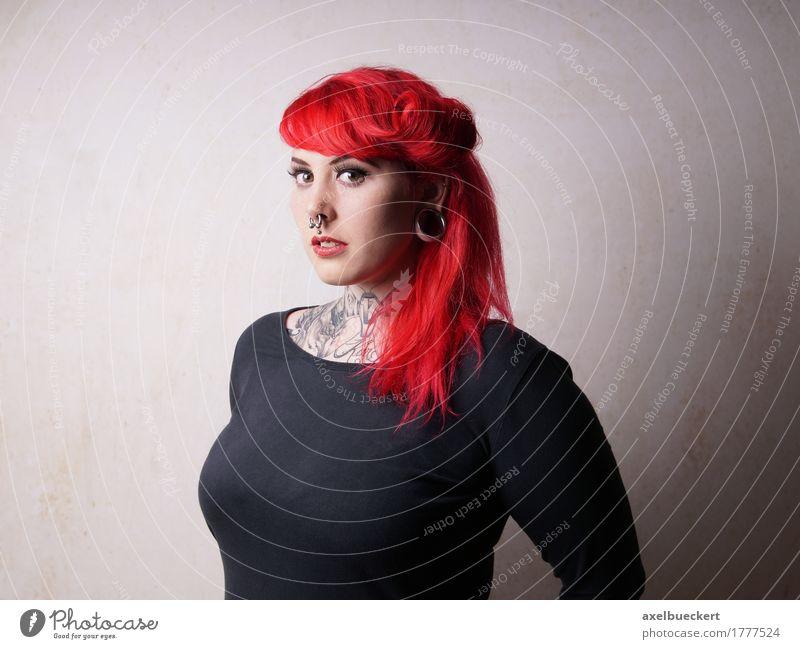 junge Frau mit Piercings und Tattoos Lifestyle Mensch feminin Junge Frau Jugendliche Erwachsene 1 18-30 Jahre Jugendkultur Subkultur Punk Mode Schmuck rothaarig