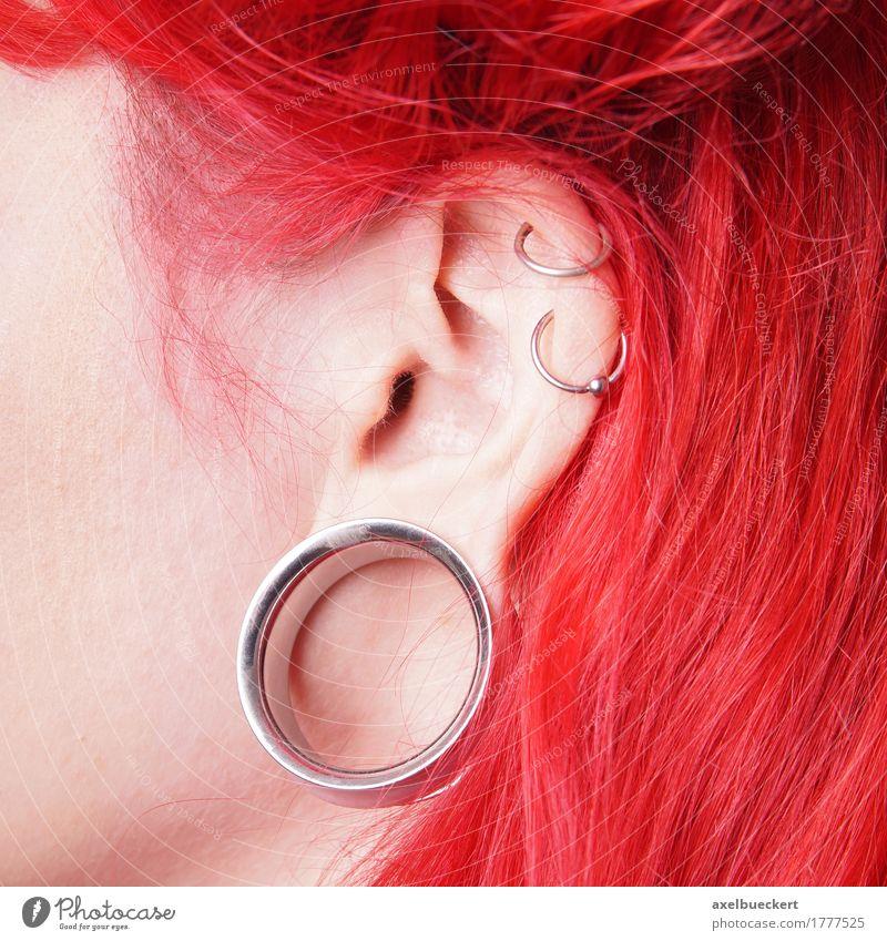 gedehntes Ohrläppchen Piercing oder Flesh Tunnel Lifestyle schön feminin Junge Frau Jugendliche Erwachsene Jugendkultur Subkultur Mode Schmuck Ohrringe