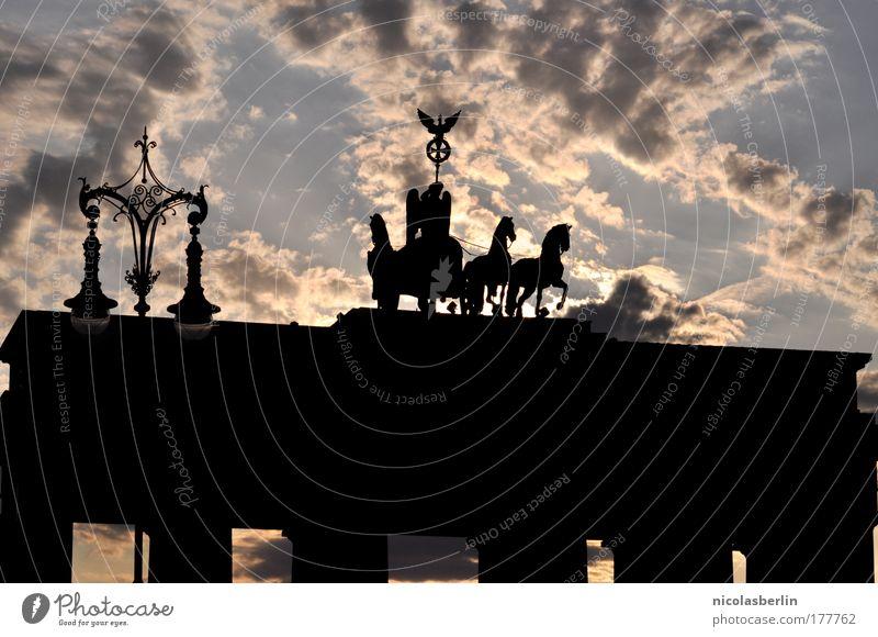 und wenn es dunkel wird, erinner mich daran, dass ... Tor Gefühle Selbstbeherrschung Angst Schüchternheit Kraft Kultur Brandenburger Tor Berlin Denkmal