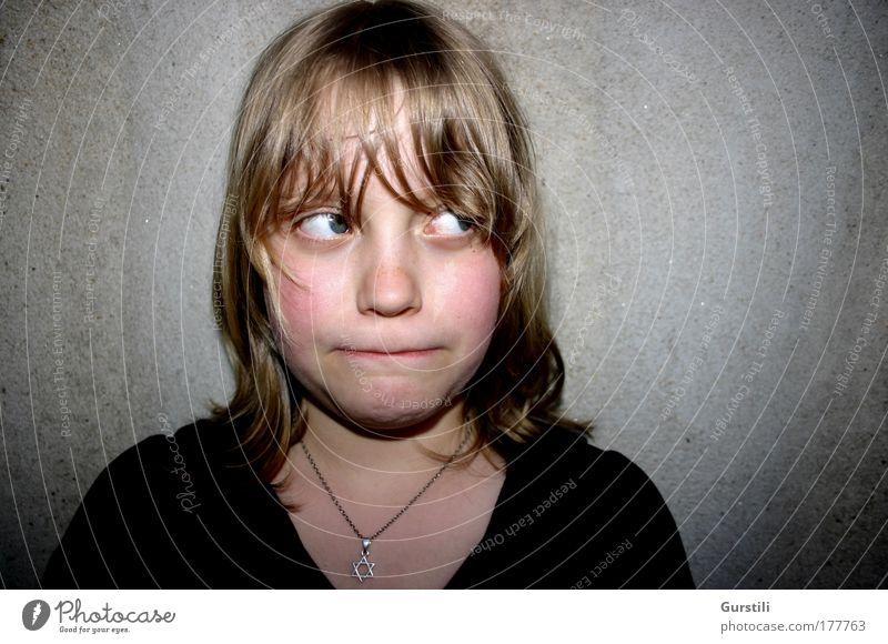mulmig Farbfoto Textfreiraum links Textfreiraum rechts Hintergrund neutral Blitzlichtaufnahme Zentralperspektive Porträt Wegsehen feminin Kind Mädchen Kopf