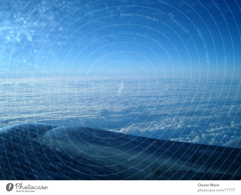 flugnummer 4 Wolken Flugzeug über den Wolken