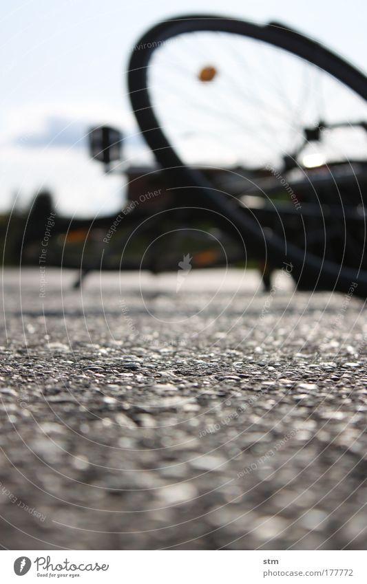 autsch Ferien & Urlaub & Reisen Straße Fahrrad Freizeit & Hobby Verkehr fallen Sturz Unfall Versicherung Pedal Desaster Verkehrsunfall Fahrradreifen