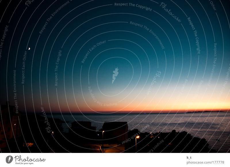Von Orange zu Blau Farbfoto Außenaufnahme Menschenleer Dämmerung Nacht Sonne Nachtleben Wolkenloser Himmel Nachthimmel Horizont Sonnenaufgang Sonnenuntergang