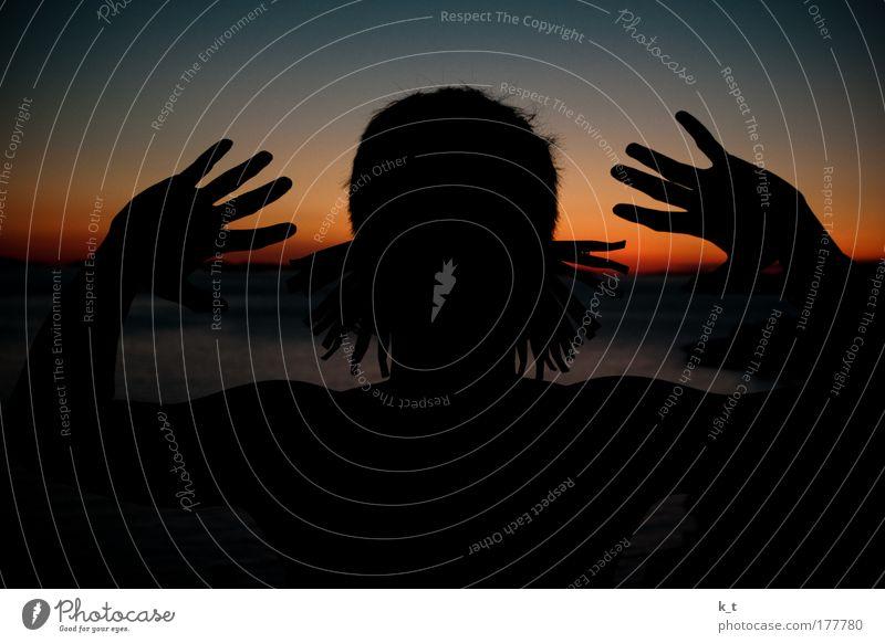Ohrläppchen Hand Jugendliche schwarz Kopf Angst Erwachsene maskulin bedrohlich außergewöhnlich skurril bizarr Überraschung Junger Mann 18-30 Jahre