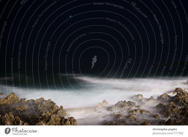 Nicht von dieser Welt Wasser Himmel Meer dunkel Stein Stimmung Wellen Küste Stern Felsen bedrohlich Nachthimmel außergewöhnlich Bucht Seeufer skurril