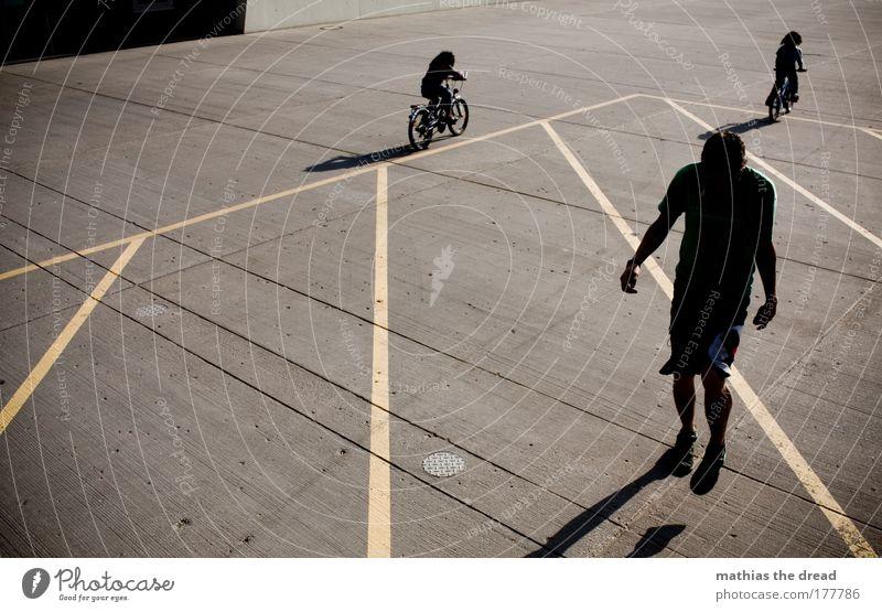 MONTAGS IM MAUERPARK Jugendliche Stadt Sonne Sommer schwarz Erwachsene gelb Spielen grau Stein Park Linie laufen Beton maskulin Platz